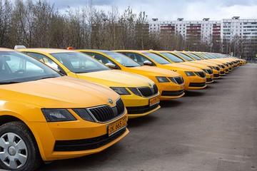 Спрос упадет, поездки подорожают, а нелегалов станет больше: фиксированные тарифы и резкое ограничение квот на лицензии затормозят развитие рынка такси