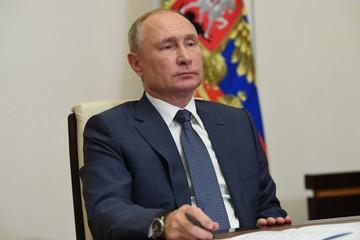 Путин поручил начать массовую вакцинацию от коронавируса