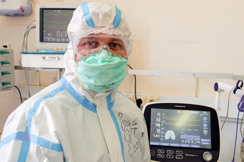 Медицинский работник в `красной зоне` Мариинской больницы, Санкт-Петербург.