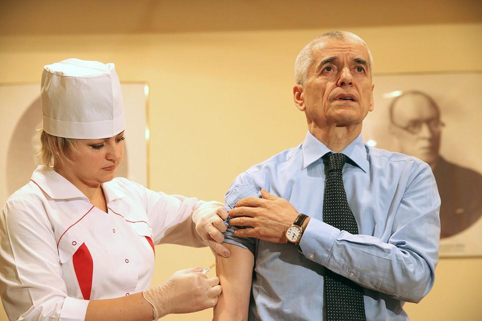 Геннадий Онищенко во время вакцинации от гриппа. Фото ИТАР-ТАСС/ Михаил Почуев