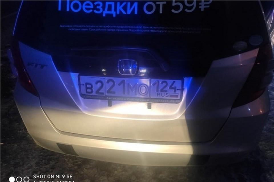 Красноярский таксист 17 раз заклеивал номера ради парковки в аэропорту. Фото: ГИБДД