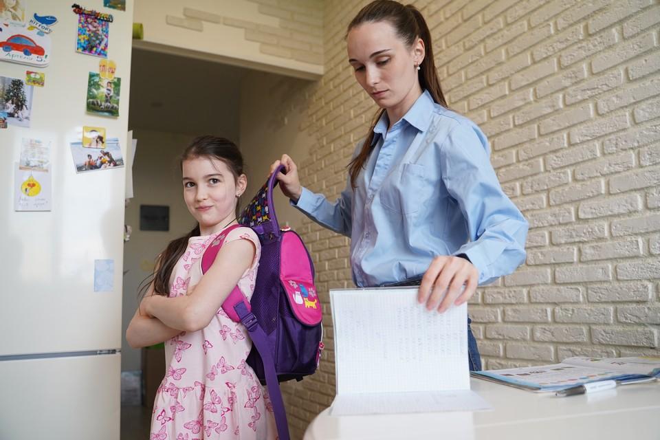 Девушка спустя 20 лет нашла свой забытый в шкафу рюкзак, набитый деньгами и удивилась находке