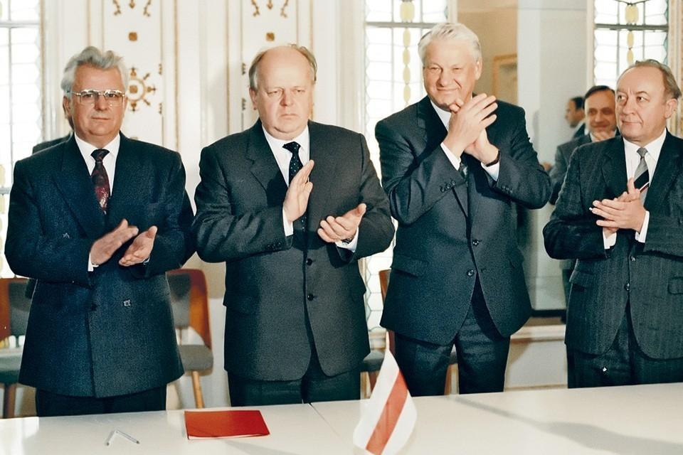 8 декабря 1991 года (слева - направо) Кравчук, Шушкевич и Ельцин подписали соглашение о ликвидации СССР. Фото Юрий ИВАНОВ/РИА Новости