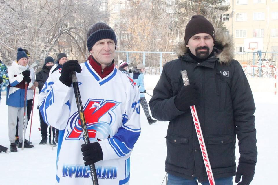 Антон Бурмистров (справа) поддержал любителей хоккея.