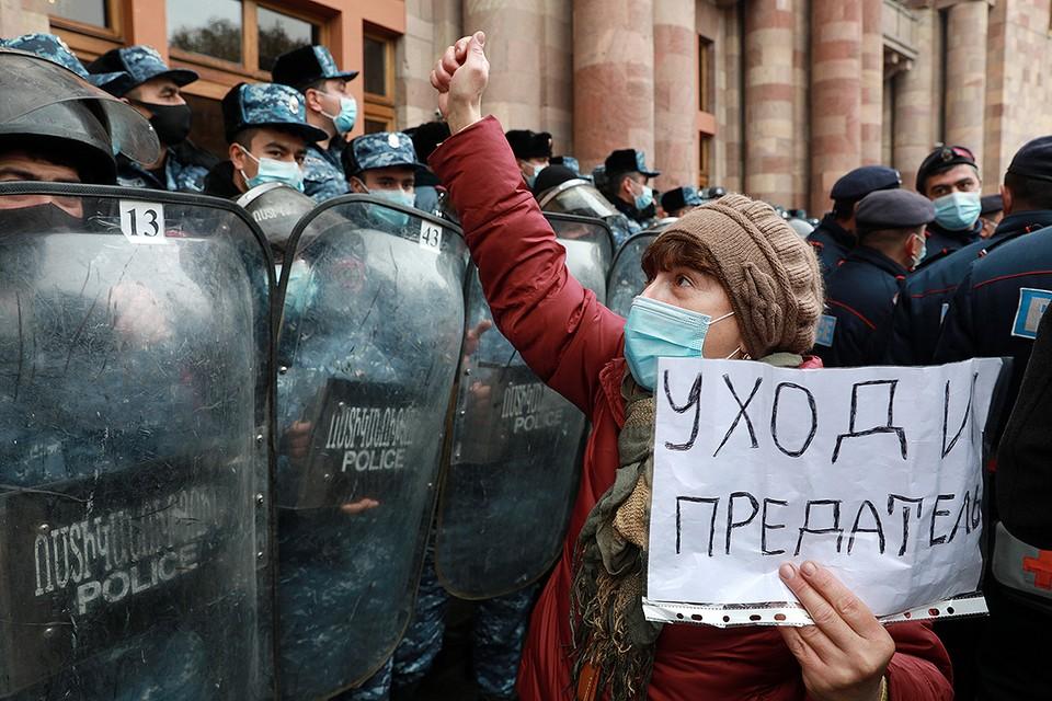 Участница антиправительственного митинга в Ереване. Фото: Александр Рюмин/ТАСС
