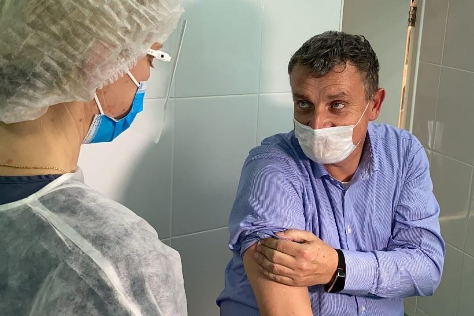 """Самую первую дозу вакцины сегодня получили сотрудники «скорой помощи» и врачи """"красной зоны"""""""