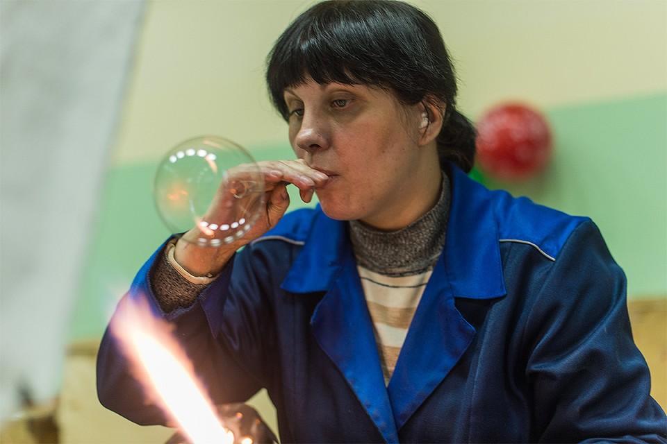 Красноярск. Мастер цеха производства стеклянных елочных украшений за работой.