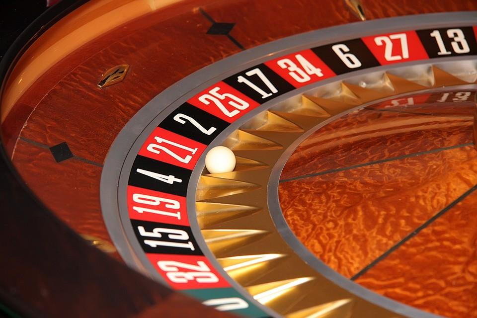 Число 21 связано с удачей, риском, возможностью попытать счастья, бросать кости. Это число точек на игральном кубике, минимальный возраст, в котором вы можете войти в казино в Америке