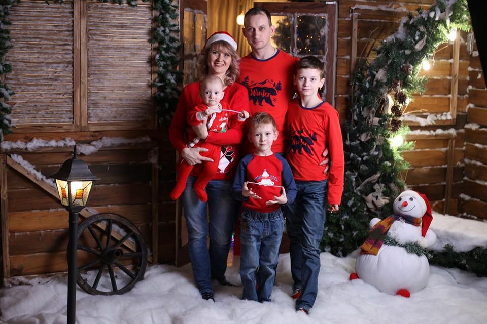 Сейчас Максим и Ксения воспитывают уже трех мальчишек: кроме 14-летнего Ивана в семье подрастают семилетний Захар и двухлетний Мирон. Фото: Предоставлено героями публикации