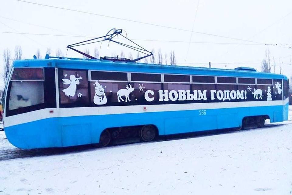 По Липецку поехали новогодние трамваи