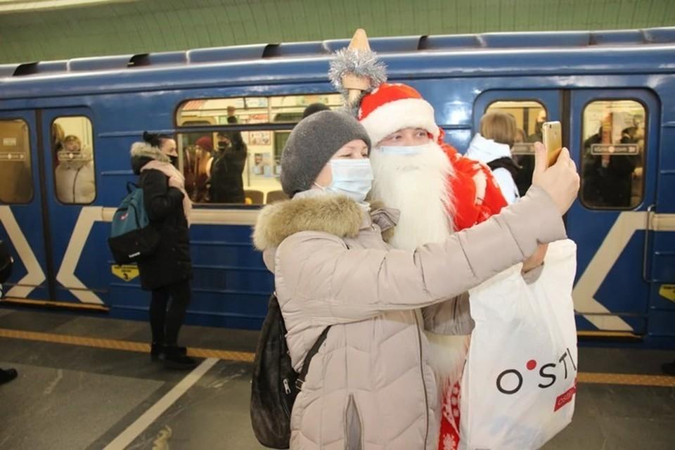 В минском метро 31 декабря Дед Мороз и Снегурочка поздравляли пассажиров и сотрудников. Фото: телеграм-канал метрополитена