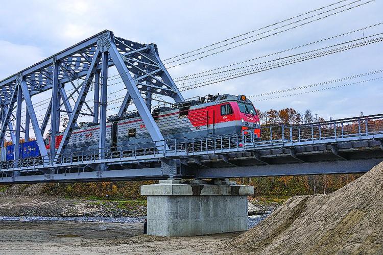 Первый грузовой поезд успешно проехал по современной и надежной переправе в конце сентября.
