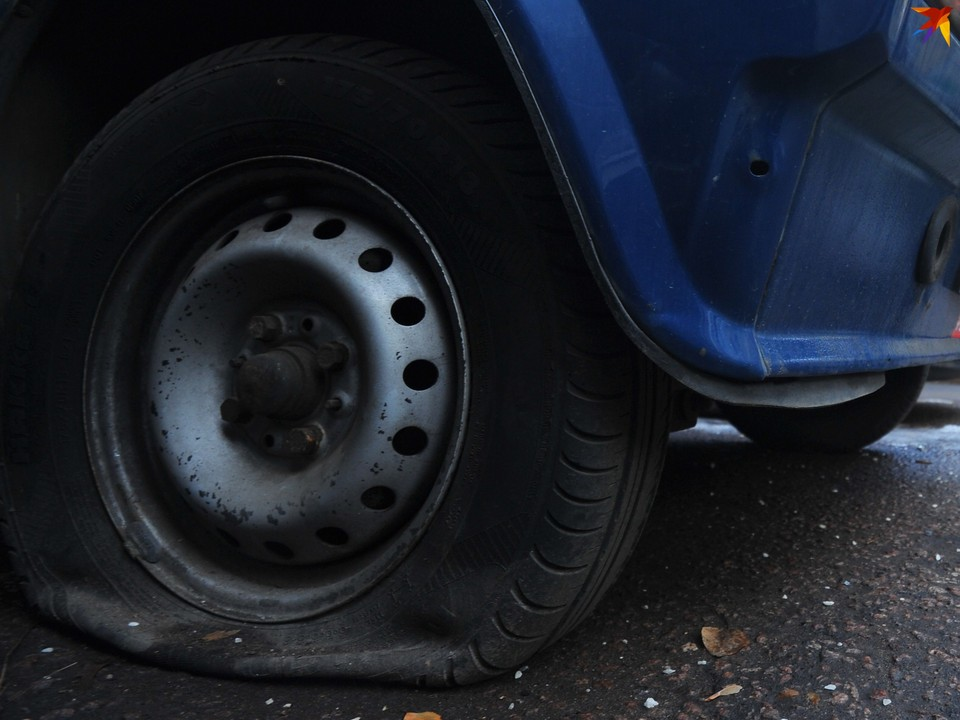 В Ленинском районе на новый год автомобилям резали покрышки