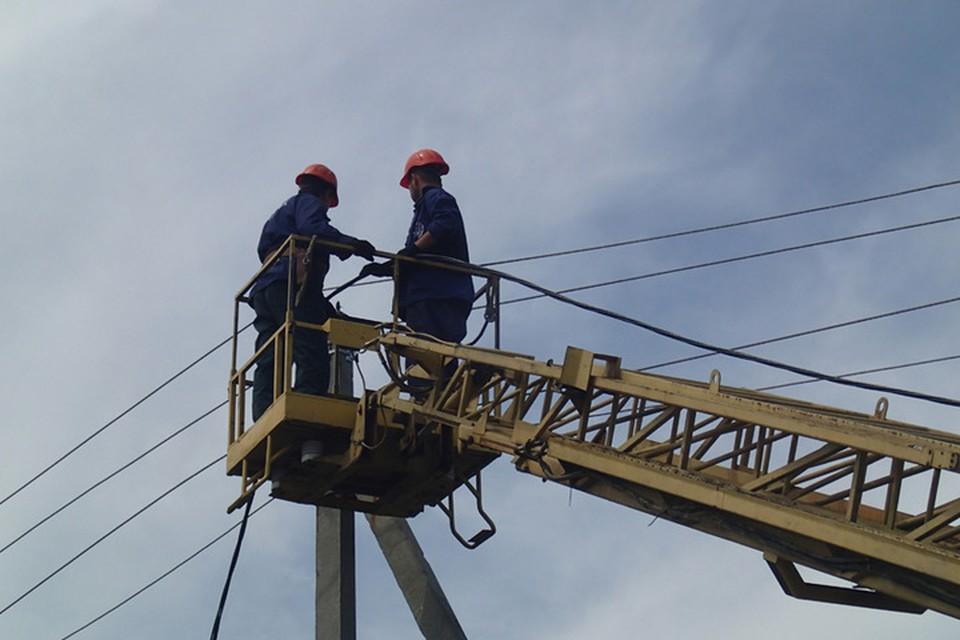 Энергетики ДНР круглосуточно восстанавливают оборванные линии электропередачи. Фото: mintek-dnr.ru