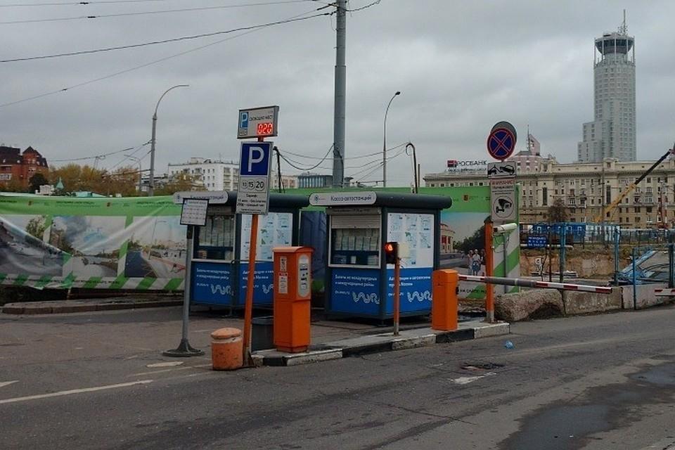 В выходные и праздничные дни парковки в Казани - бесплатные.
