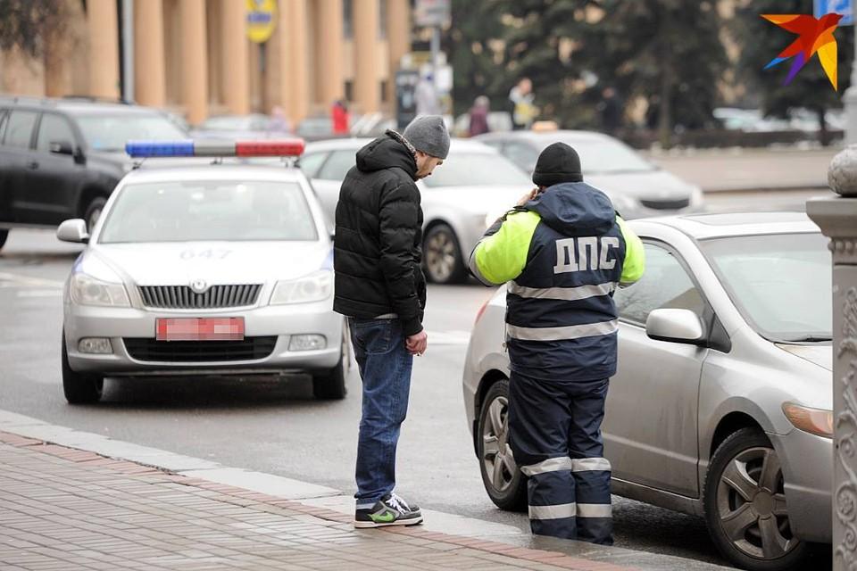 Пешеход пересекал дорогу авто на красный сигнал светофора.