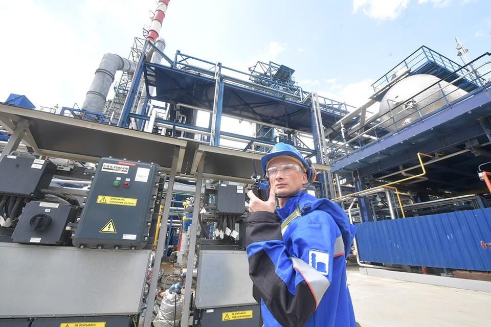 Если выбросы на наших заводах при производстве металла, пластика, удобрений и так далее будут выше, чем должны быть по мнению Евросоюза, то при ввозе этой продукции в страны ЕС нам придётся заплатить повышенный налог