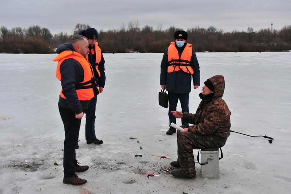 В Брянске оштрафовали рыбака-нарушителя. На нем не было спасательного жилета.