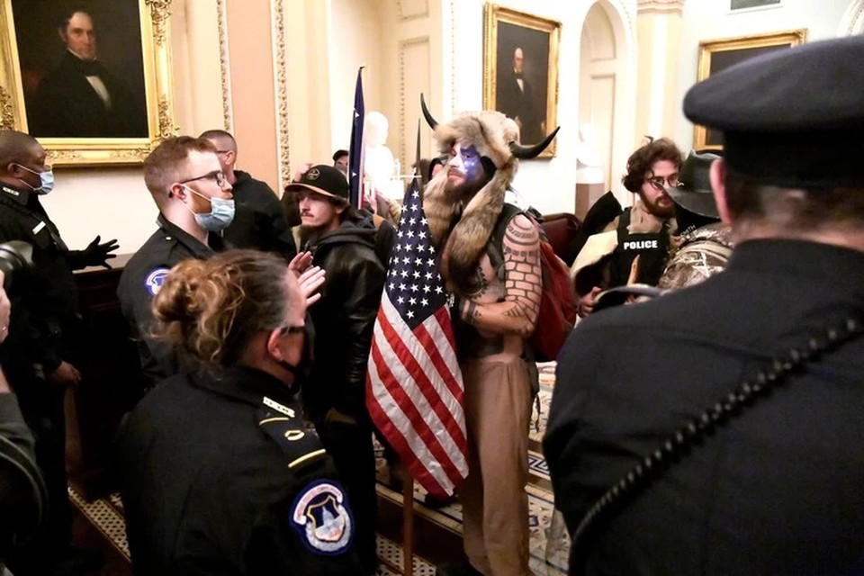 Полиция разыскивает «викинга», штурмовавшего Капитолий