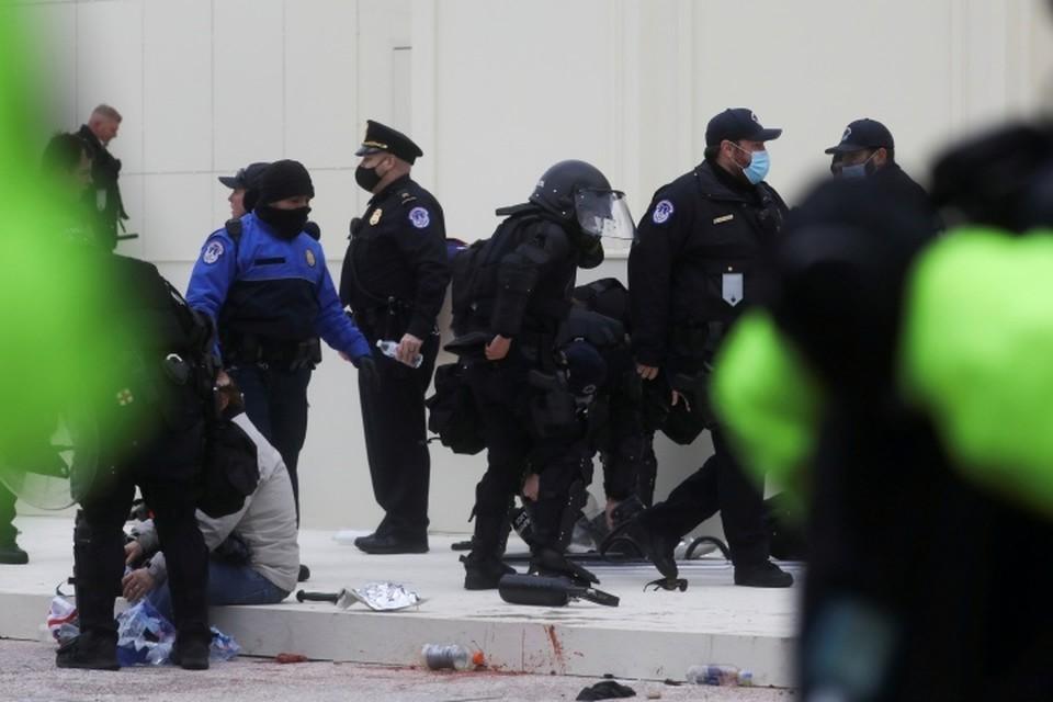 Скончался один из полицейских, пострадавших при беспорядках в Капитолии
