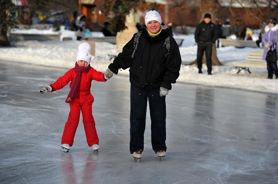 Можно не только покататься на коньках, но и посмотреть уличный спектакль.