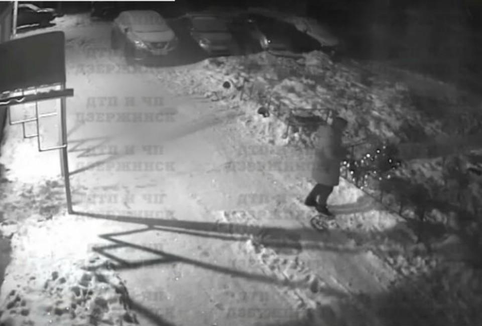"""Житель Дзержинска в Рождество украл елку у детей. ФОТО: """"ДТП и ЧП Дзержинск"""""""