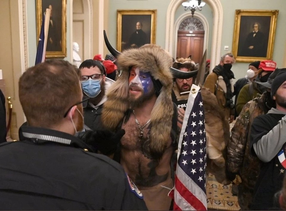 Штурмовавшему Капитолий «викингу» предъявили обвинения. Фото: twitter