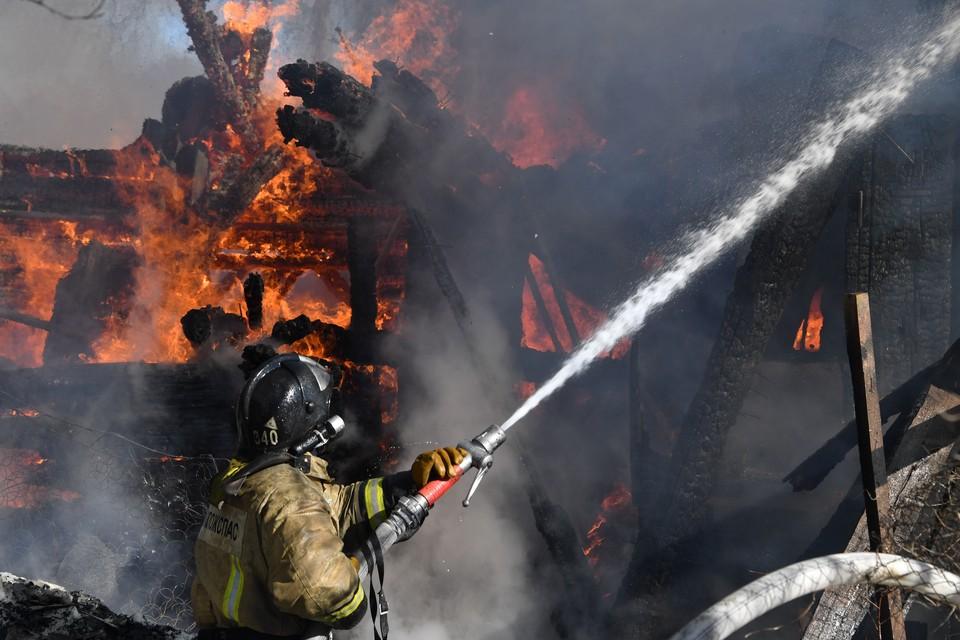 В Кемерове на пожаре спасли двоих человек