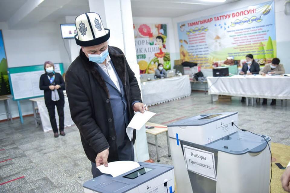 В Кыргызстане выбирают президента и форму правления в стране.