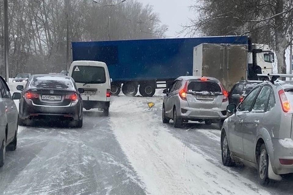 Водители предполагают, что фуру занесло из-за снега