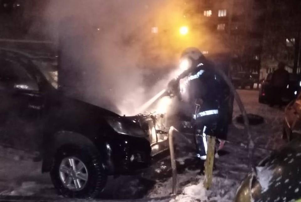 Огонь повредил два автомобиля – «Тойоту» и «Ниву»