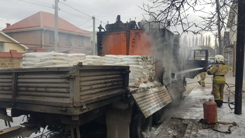 За новогодние праздники крымские пожарные дважды тушили горящие машины. Фото: пресс-служба ГУ МЧС по РК.