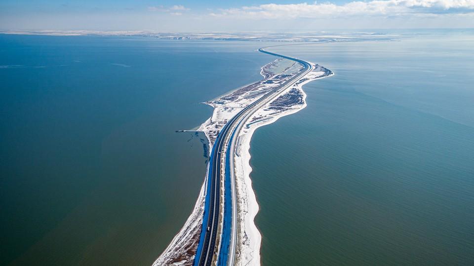 По Крымскому мосту в новогодние праздники проехало больше 100 тысяч машин. Фото: пресс-служба федерального казенного учреждения «Упрдор «Тамань».
