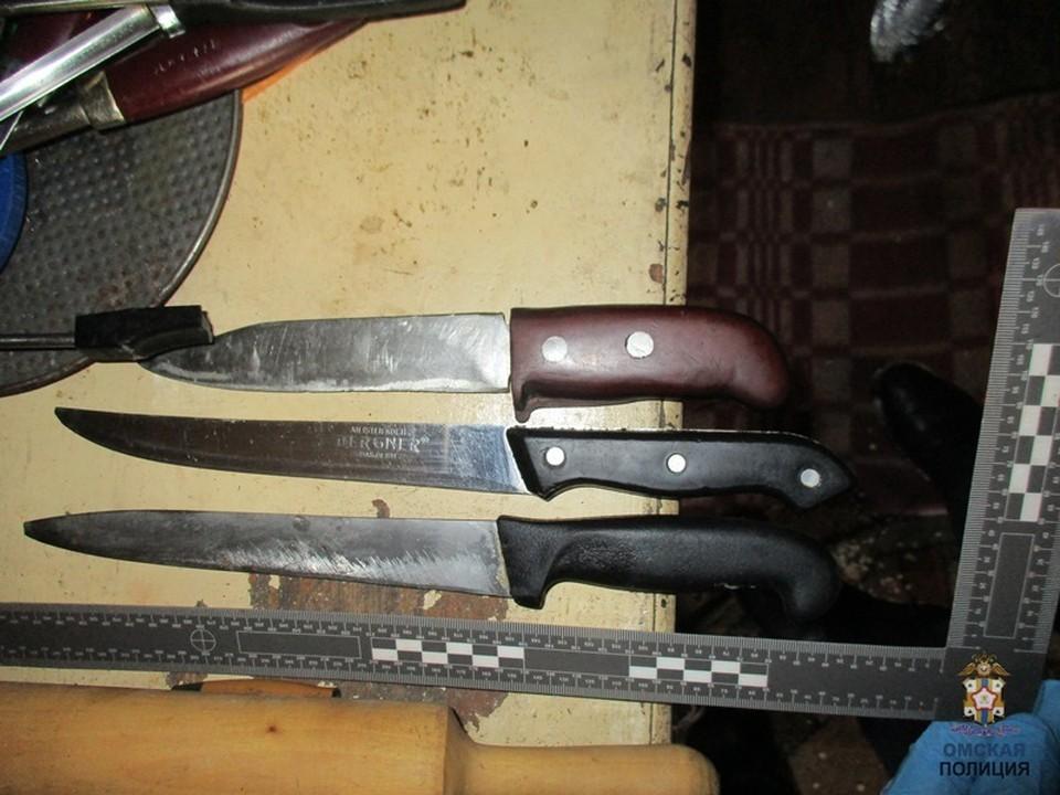 С места преступления изъяли предполагаемые орудия преступления.