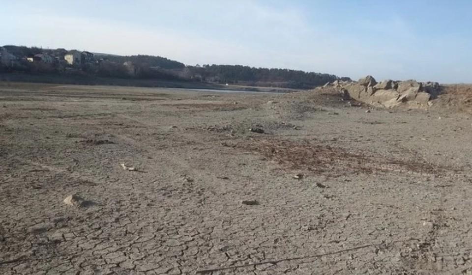 Раньше водохранилища были полностью наполнены, а сейчас на их месте еле-еле виднеются остатки воды