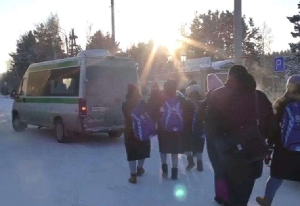Полицейские отправили замерзших людей в теплое место на попутном транспорте. Фото: ГУ МВД России по Челябинской области