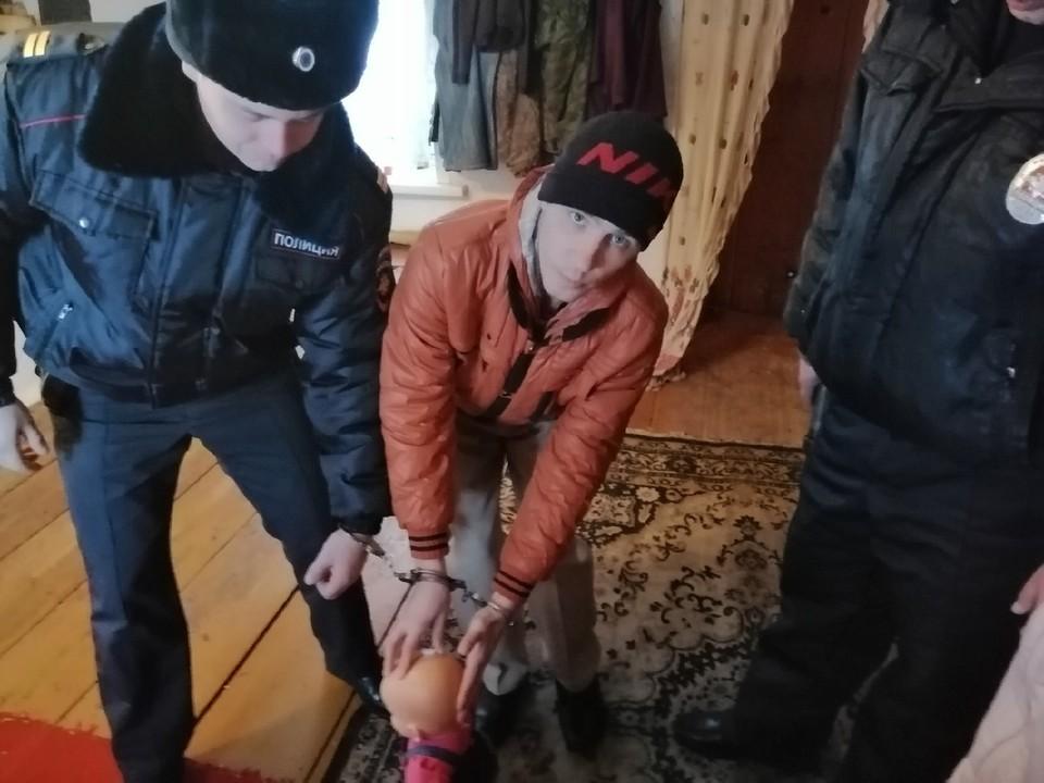 На следственном эксперименте отчим показывает на кукле, как избивал пасынка. Фото: СУ СК России по Омской области