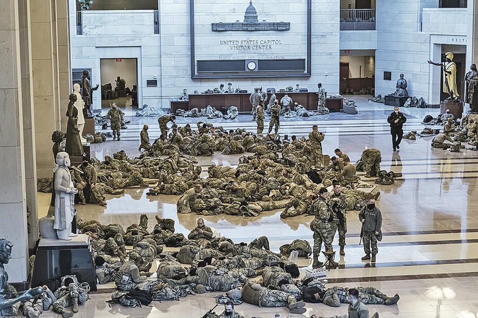 Прозевав штурм Капитолия в день подведения итогов выборов, американские силовики готовятся к инаугурации Джо Байдена загодя. В Вашингтон нагнали бойцов национальной гвардии. Они отдыхают прямо в здании парламента, который готовятся защищать от сторонников Трампа. Фото: AP/Associated Press/East News