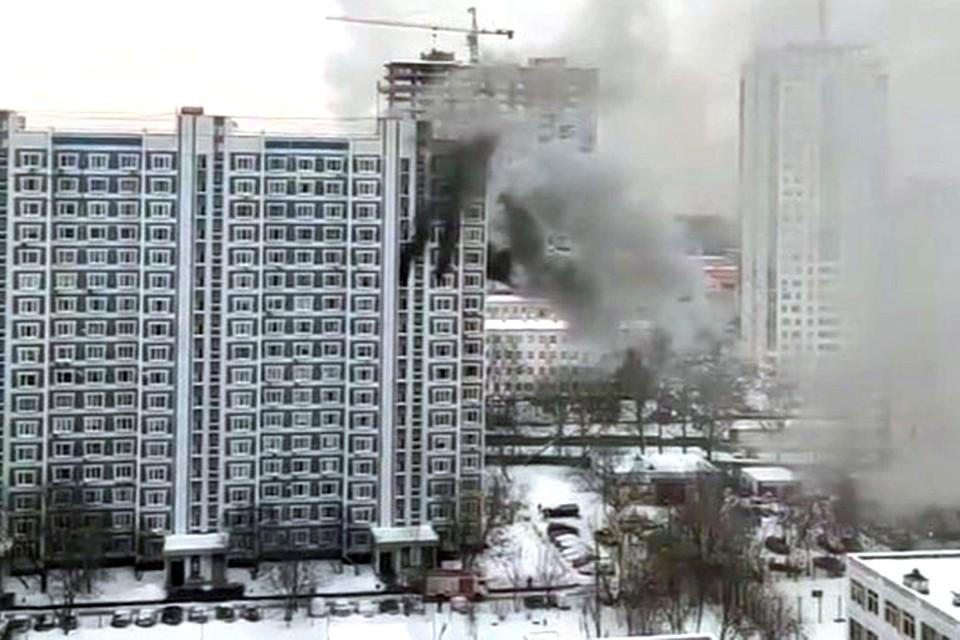 Согласно кадрам очевидцев, загорелась квартира на 12-м этаже жилого дома.