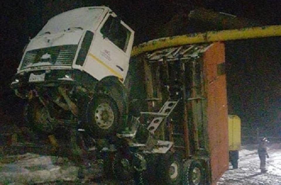 Самосвал зацепил кузовом газопровод. Фото: пресс-служба прокуратуры по Свердловской области
