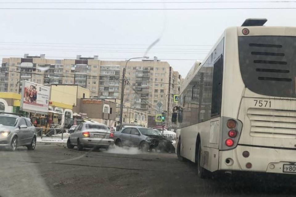 Автомобиль влетел в толпу пешеходов в Петербурге