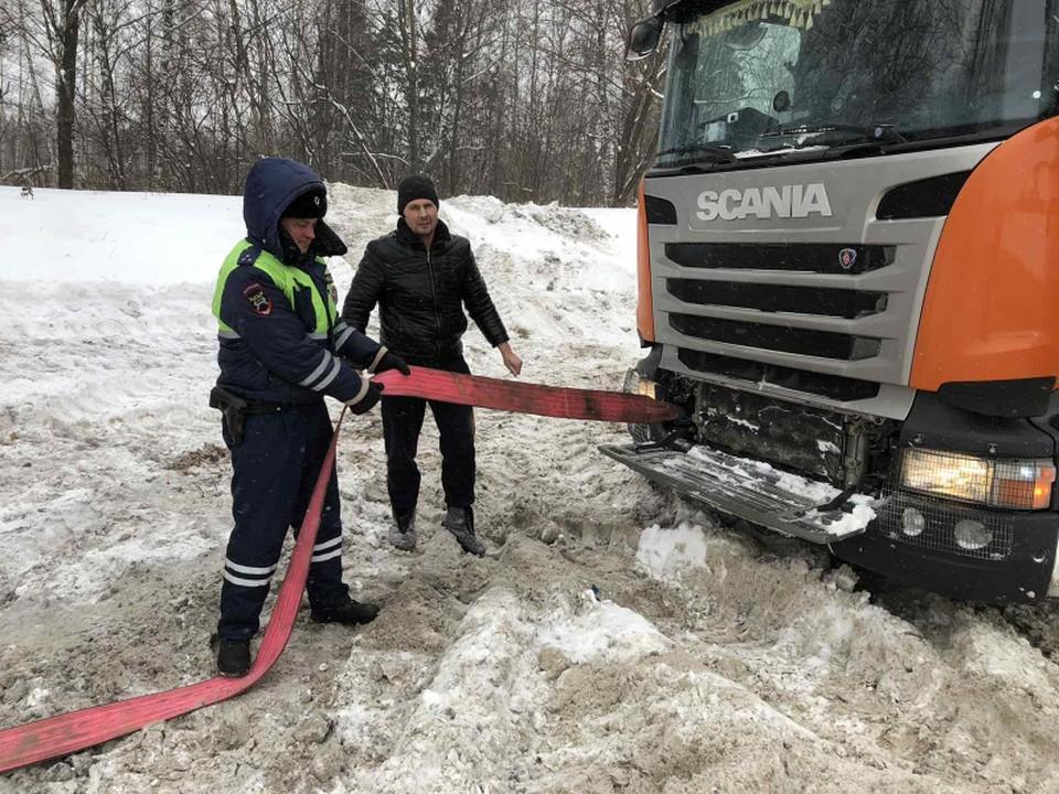 Фура застряла на трассе под Кстовом из-за сильных снегопадов.
