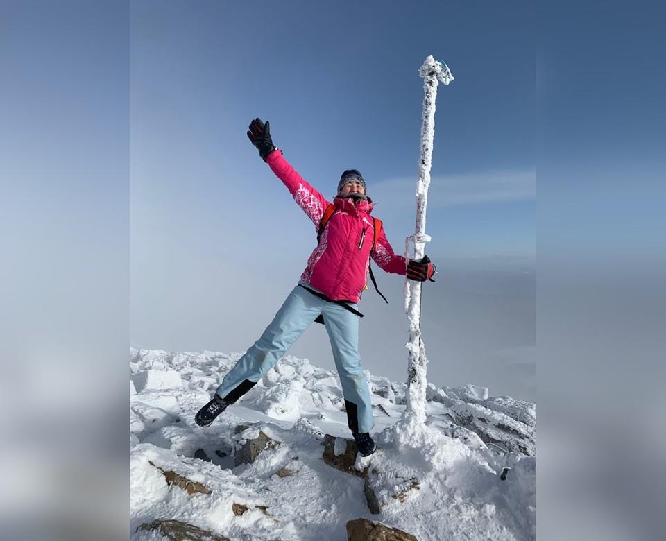 Закрывайте лицо от ветра, берите с собой солнечные очки – на вершине обычно очень солнечно, а солнце агрессивно даже зимой