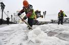 Буксующие фуры и мелкие аварии: Москва встала в пробки 9 баллов из-за снегопада