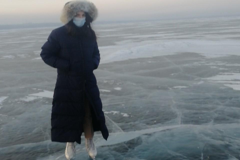 Фигуристка Евгения Медведева покаталась по льду озера в Чите