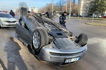 В Кишиневе перевернулся автомобиль: Машина так и лежала на крыше, пока очевидцы фотографировали ДТП
