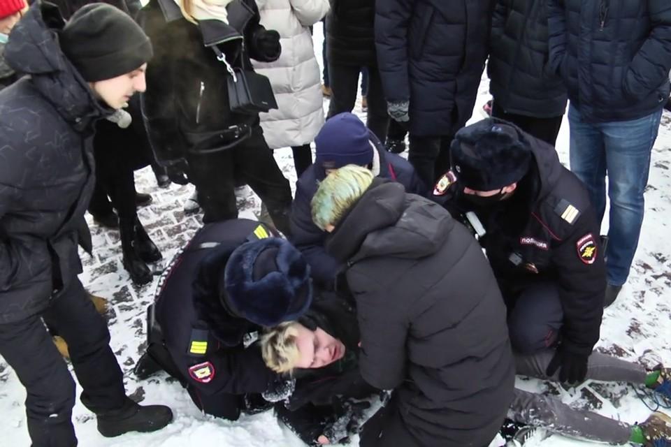 Полицейские оказывают помощь парню с эпилепсией