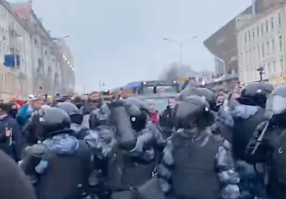Протестующие в центре Москвы на акции 23 января вышли на проезжую часть и пошли вниз по Страстному бульвару.