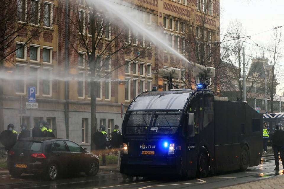 Для разгона толп в Амстердаме применили водометы.