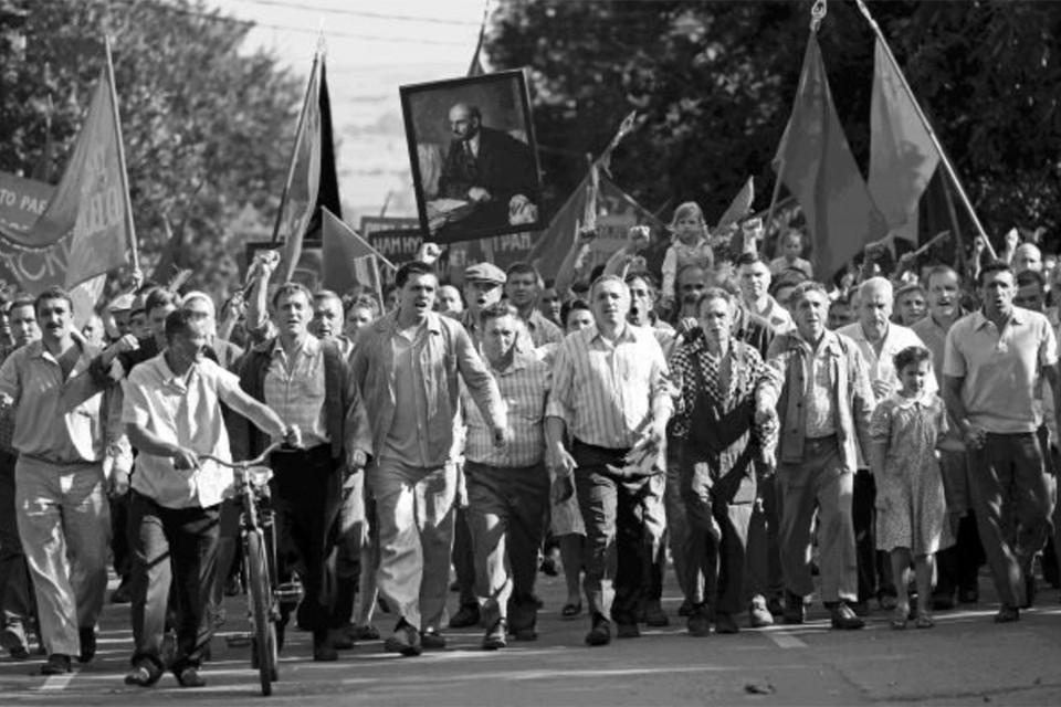 Демонстрация рабочих Новочеркасска против повышения цен в июне 1962 г. (Кадр из фильма «Дорогие товарищи».)